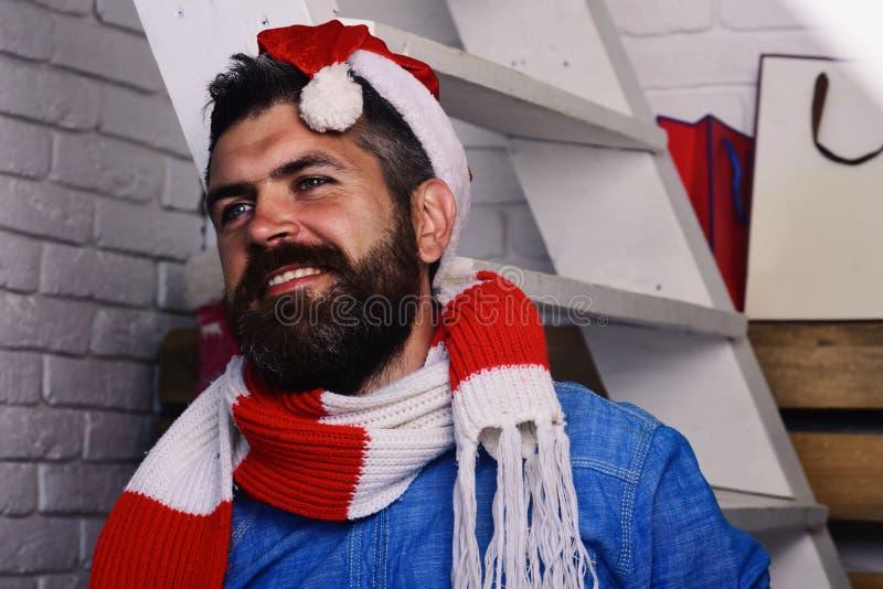 有胡子和微笑的面孔的人穿戴了象圣诞老人 库存照片
