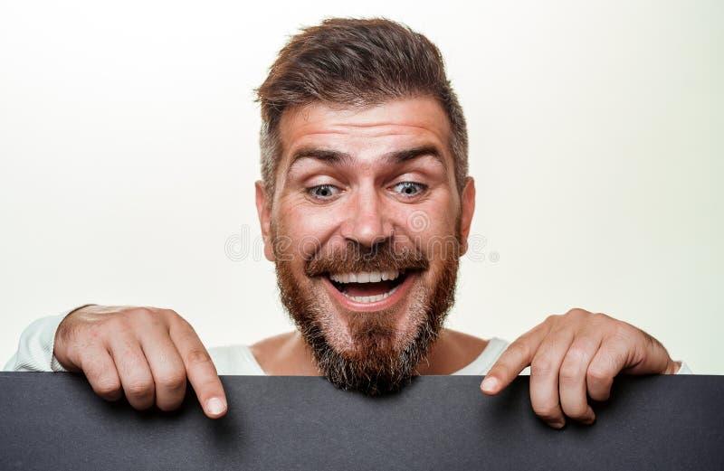 有胡子的人举行黑色星期五销售横幅 黑星期五文本 特写镜头纵向 背景黑星期五 准备为 免版税库存图片