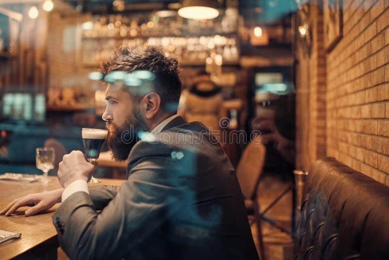 有胡子的人休息在有啤酒杯的餐馆 与长的胡子饮料的商人在雪茄俱乐部 啤酒时间 严肃的酒吧 库存照片