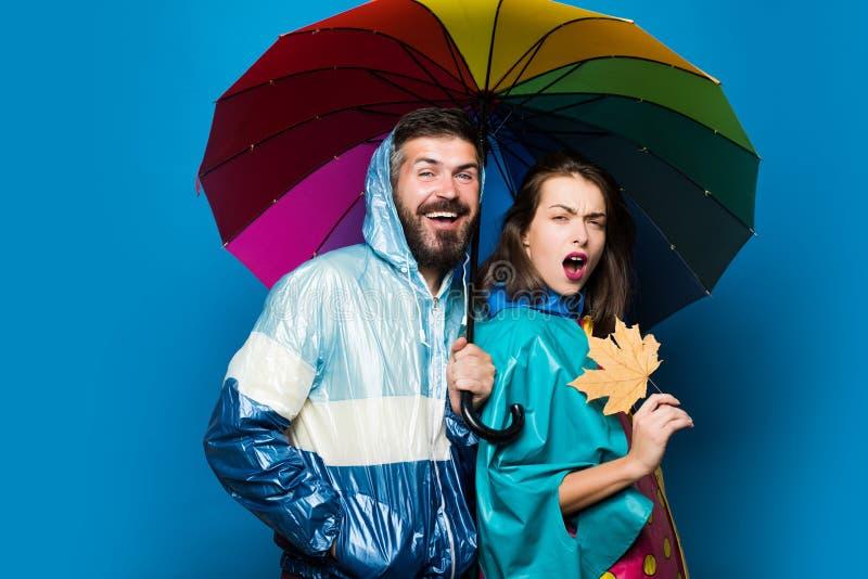 有胡子的人和俏丽的女孩有围巾的满意对秋天销售 秋天夫妇佩带在秋天衣裳的,神色肉欲上 库存照片