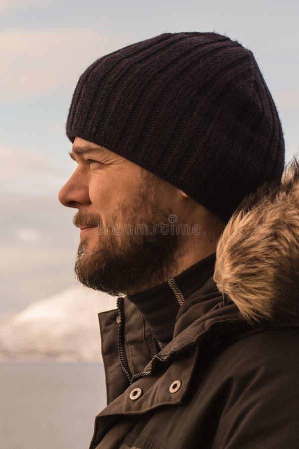 有胡子的人在室外一的寒冷在冬季衣服 免版税库存图片
