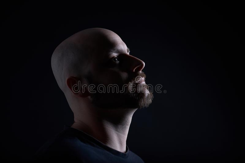 有胡子的人在深灰背景 库存照片