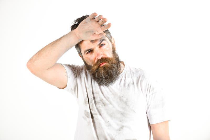 有胡子的人在肮脏的多灰尘的衬衣看起来用尽 库存图片