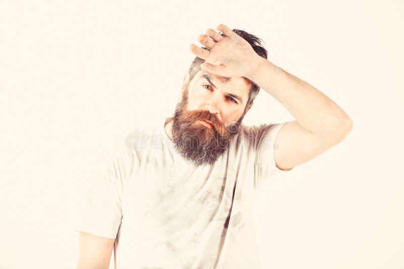 有胡子的人在肮脏的多灰尘的衬衣看起来用尽 免版税库存照片