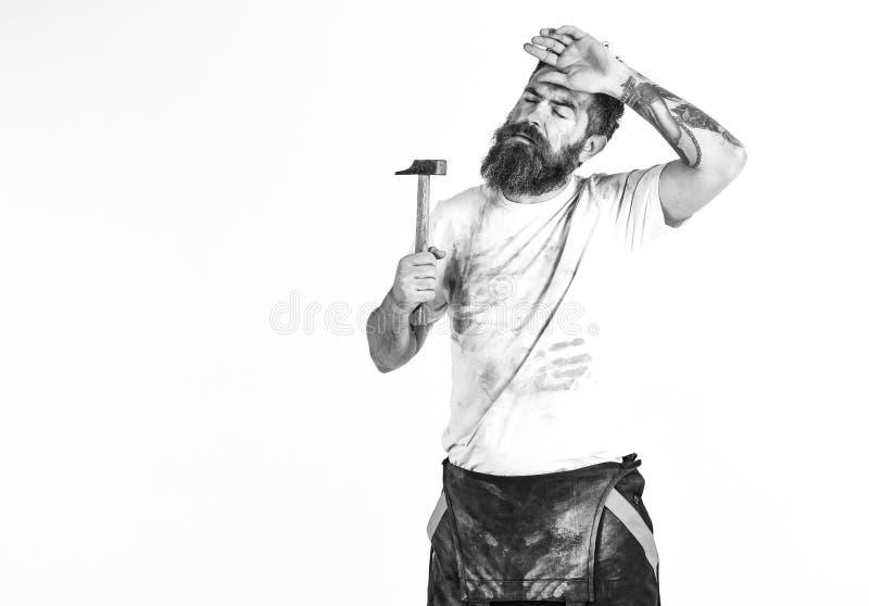 有胡子的人在肮脏的多灰尘的衬衣 建造者,石膏工,安装工, 免版税库存图片