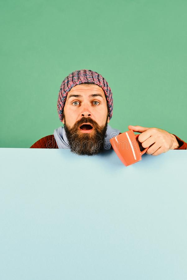 有胡子的人拿着杯子医学 秋天和流行性感冒 库存照片