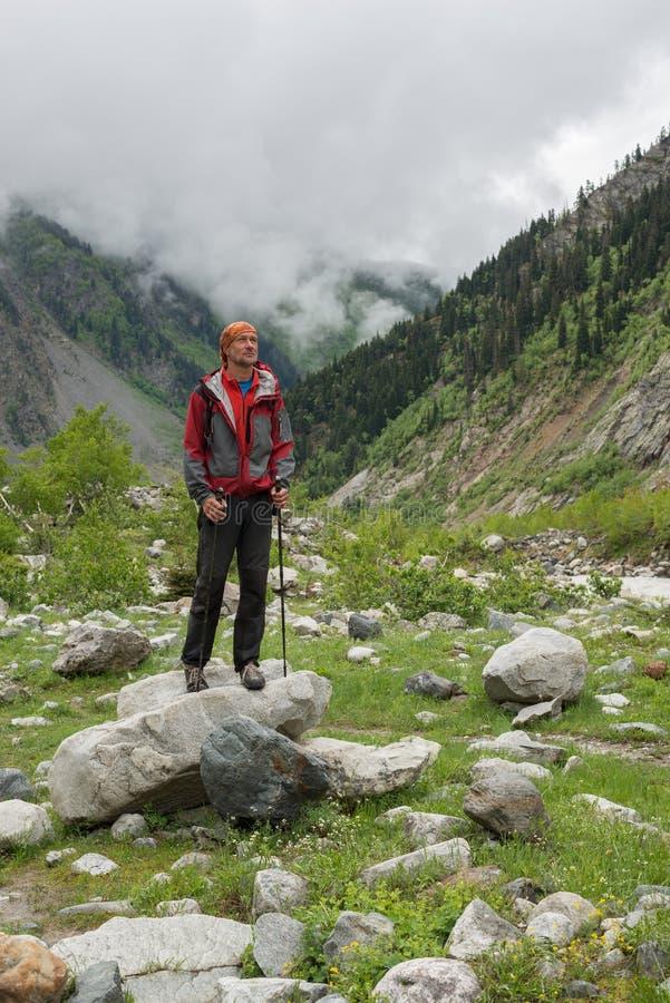 有胡子的人旅客在山峡谷站立 库存照片