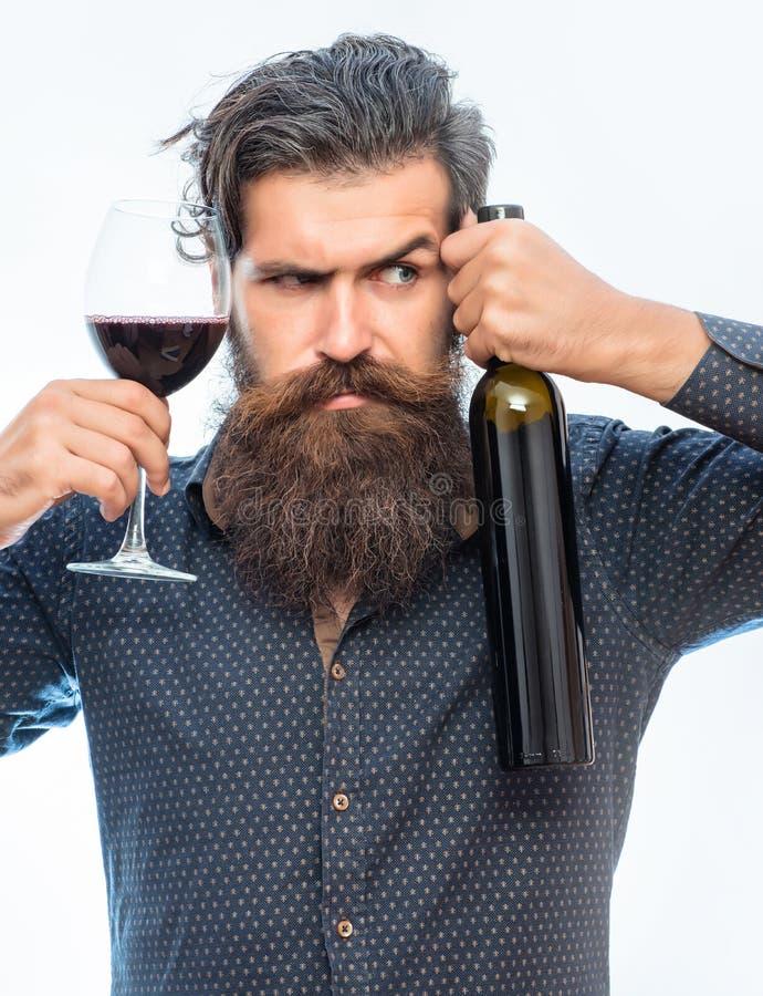 有胡子的人用红葡萄酒 免版税图库摄影