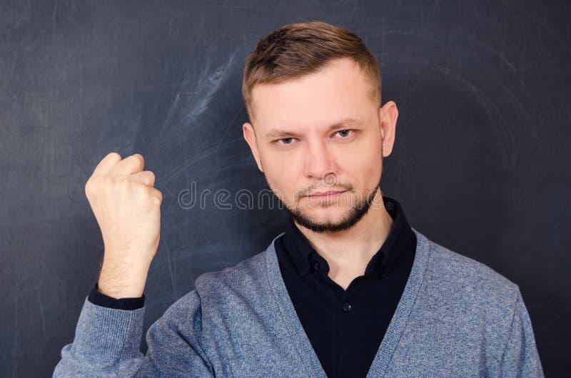 有胡子的人神色显示姿态一个握紧拳头 免版税图库摄影