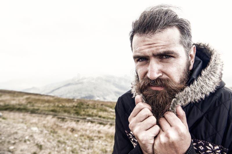 有胡子的人,有髭寒冷的残酷白种人行家在山 库存图片