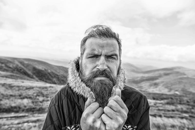 有胡子的人,有髭寒冷的残酷白种人行家在山 免版税库存照片