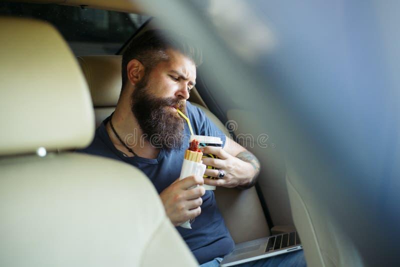 有胡子的人 在互联网上的收入 3d美好的尺寸例证工作三非常 有胡子的成熟行家 男性理发师关心 残酷白种人行家 库存图片
