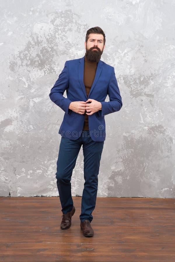 有胡子的典雅的人 现代生活 男性典雅的时装模特儿 成熟典雅商人走 r 免版税库存图片