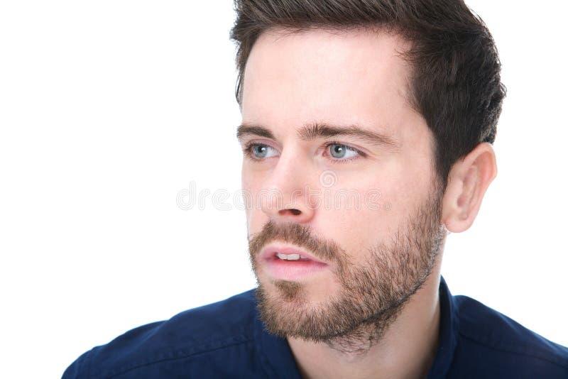 有胡子的可爱的年轻人和在面孔的严肃的表示 免版税图库摄影