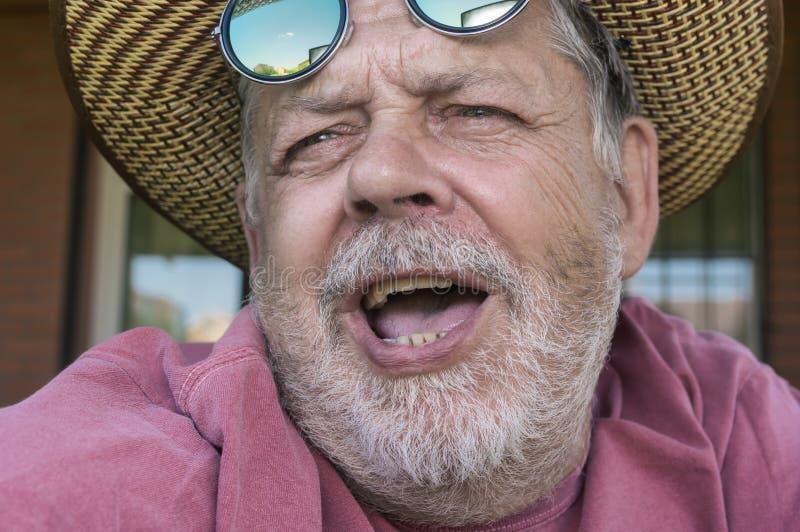 有胡子的唱歌的老人画象  图库摄影