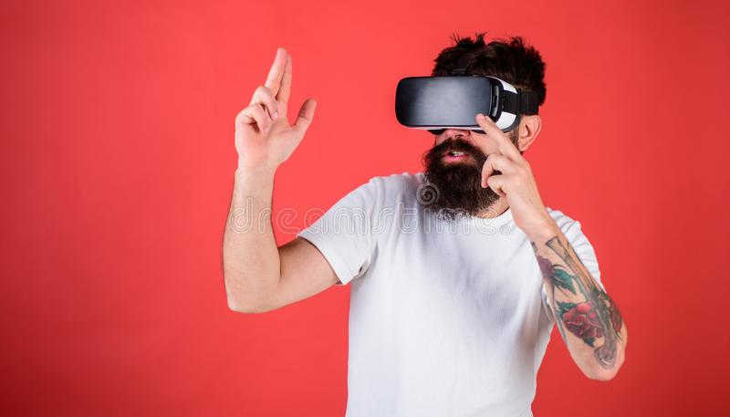有胡子的在射击VR的玻璃,红色背景人 真正靶场概念 有头配显示器的人 免版税库存照片