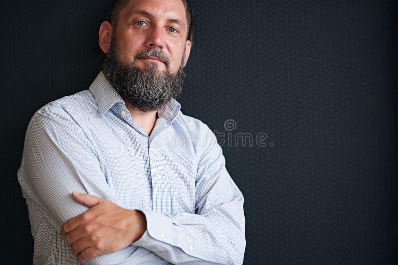 Download 有胡子的坚固性看起来的成熟人反对黑织地不很细背景 库存照片. 图片 包括有 饰面, 唯一, 灰色, 远期 - 72359754