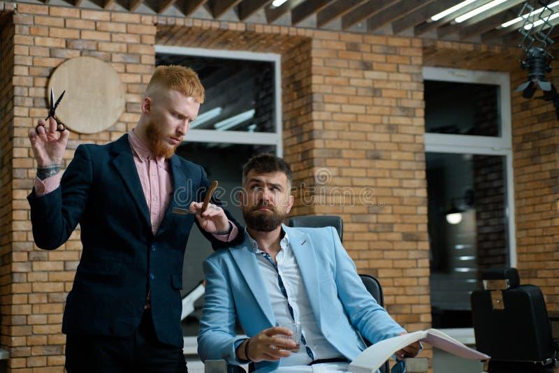 有胡子的客户参观的理发店 胡子关心 老人参观的发式专家在理发店 理发店 r 免版税图库摄影