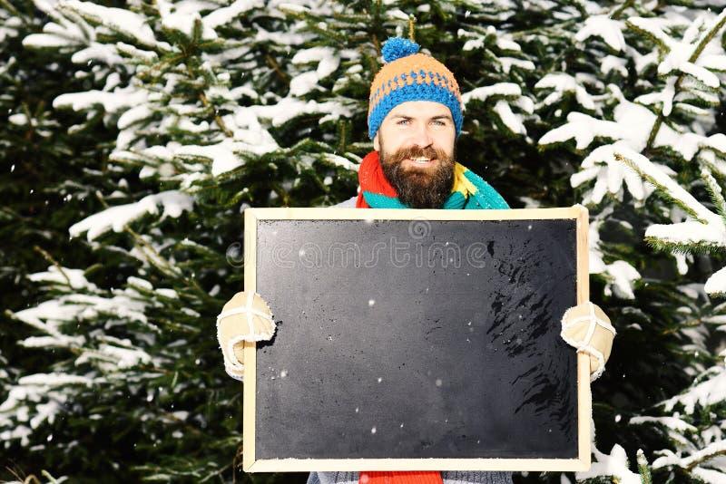 有胡子的强壮男子拿着黑板,拷贝空间 免版税库存图片