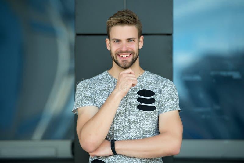 有胡子的愉快的人在室外微笑的面孔 在灰色T恤杉的强壮男子的微笑 偶然在样式 愉快健康 运动 库存图片