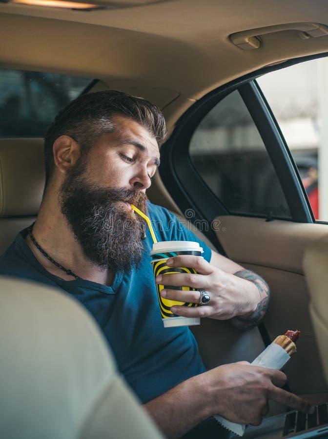 有胡子的成熟行家 男性理发师关心 有胡子的人 有髭的残酷白种人行家 延迟 时数仓促 免版税库存照片
