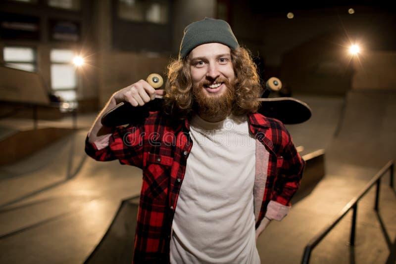 有胡子的溜冰者在极端公园 免版税库存照片