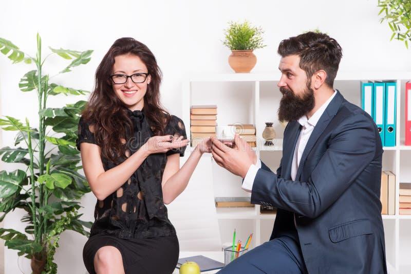 有胡子的男人和可爱的妇女 男人和妇女交谈咖啡时间 办公室谣言 办公室咖啡 结合工友 免版税库存照片