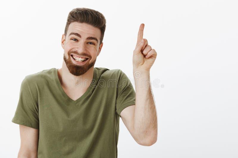 有胡子的笑愉快的高兴和无忧无虑的可爱的成人的人快乐有看起来了不起的时间高兴和 免版税库存照片