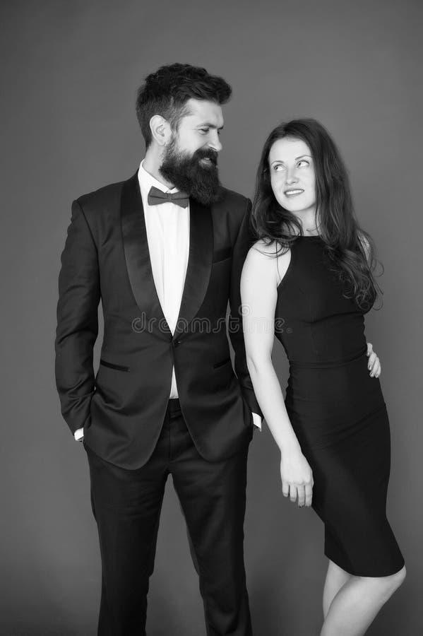 有胡子的绅士穿戴无尾礼服女孩庄重装束 正装代码 参观的事件或仪式 结合准备好奖 库存图片