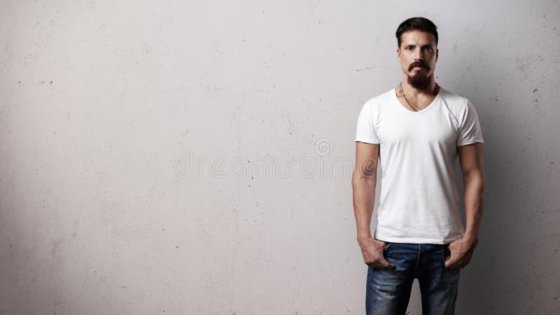 有胡子的英俊的人佩带的白色空白的T恤杉 免版税库存照片