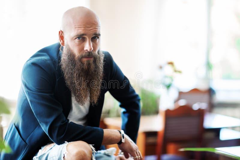 有胡子的英俊的确信的人画象  免版税库存照片