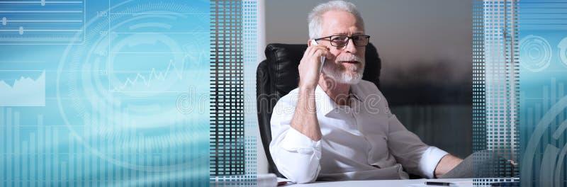 有胡子的资深商人画象谈话在手机,坚硬光;全景横幅 免版税库存图片