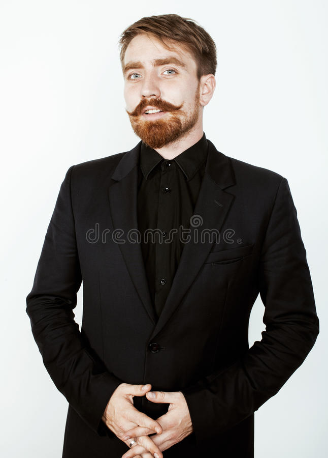有胡子的年轻红色头发在黑衣服的人和髭在白色背景 免版税库存照片