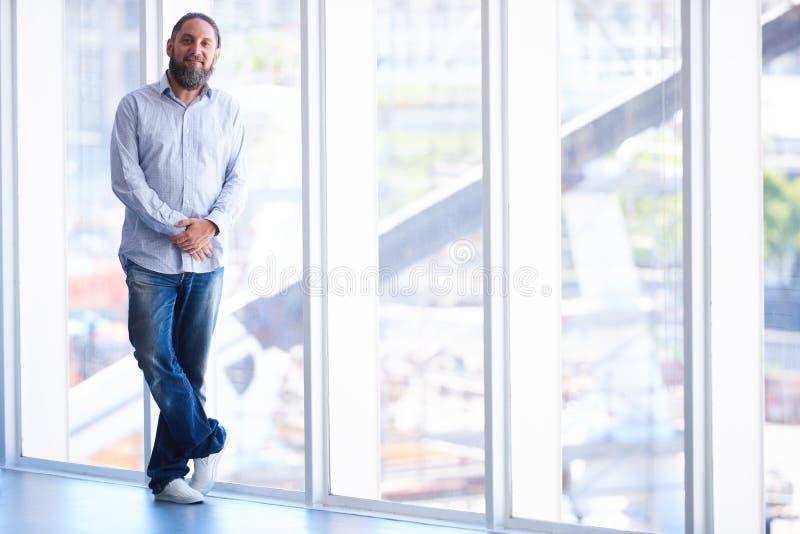 Download 有胡子的更老的变成银色的人在窗口前面 库存照片. 图片 包括有 牛仔裤, 企业家, 人们, 高级, 成熟 - 72358168