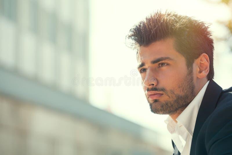 有胡子年轻英俊的人 户外发型 希望态度 免版税库存照片