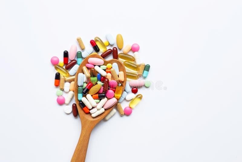 有胶囊的五颜六色的在白色的片剂和药片 免版税库存图片