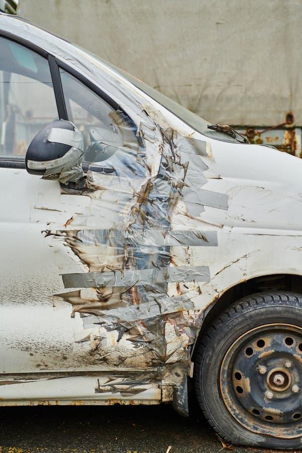 有胶带修理的汽车 免版税图库摄影