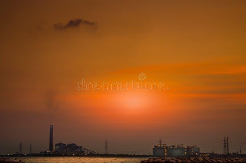 有能源厂海风景的近海平台  免版税库存图片