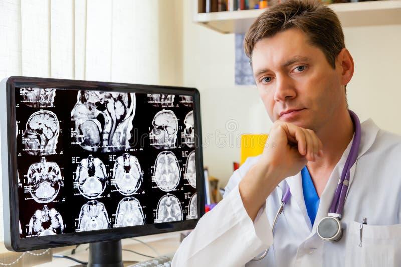 有脑子的MRI扫描的医生 免版税库存图片