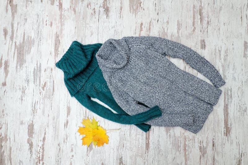 有脖子的绿色和灰色温暖的毛线衣 时兴的概念 库存照片