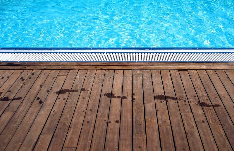有脚印的游泳池边 免版税库存图片
