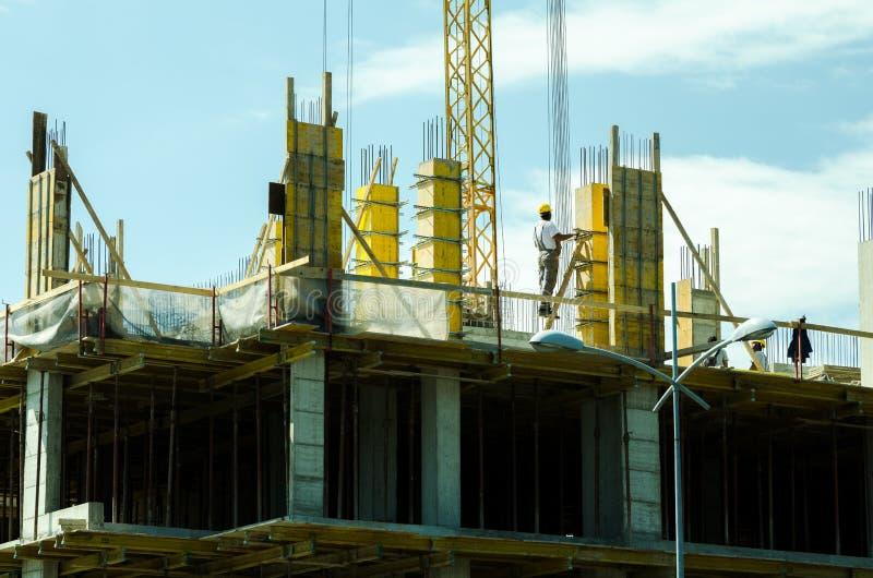 有脚手架和工作者的楼房建筑站点 免版税库存照片
