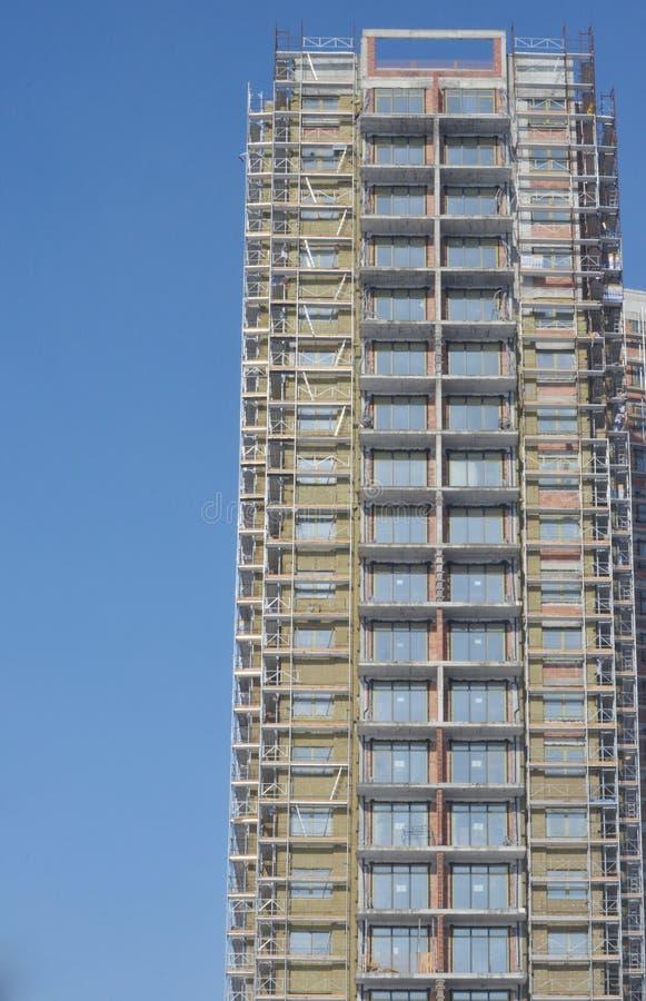 有脚手架的楼房建筑站点 库存照片