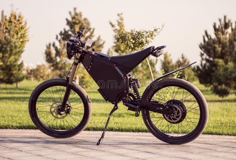 有脚蹬和后方缓冲器的电自行车电池马达轮子 免版税图库摄影