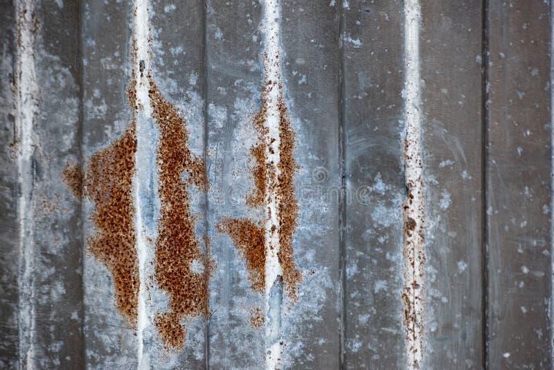 有腐蚀的破旧的波纹状的篱芭 免版税库存图片