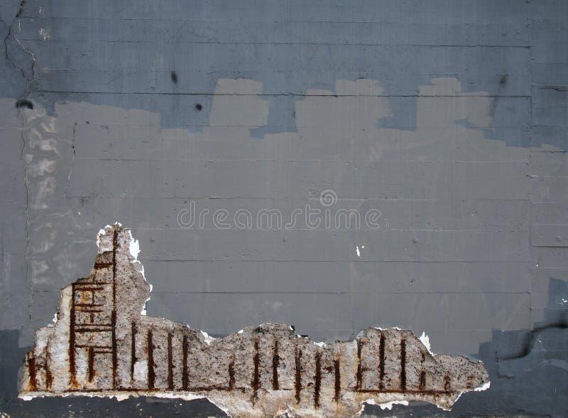 有腐蚀的造成对结构的生锈的钢增强酒吧老灰色被修补的被绘的混凝土墙损伤 皇族释放例证