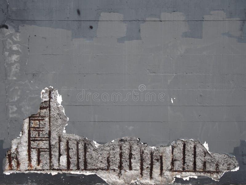 有腐蚀的造成对结构的生锈的钢增强酒吧老灰色被绘的混凝土墙损伤 图库摄影