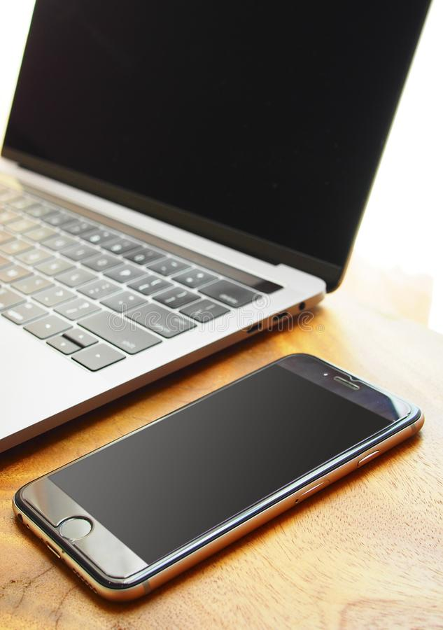 有膝上型计算机和手机的工作地点 免版税库存图片