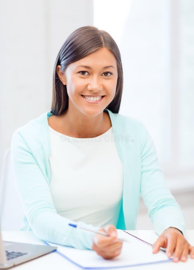 有膝上型计算机和文件的亚裔女实业家 图库摄影