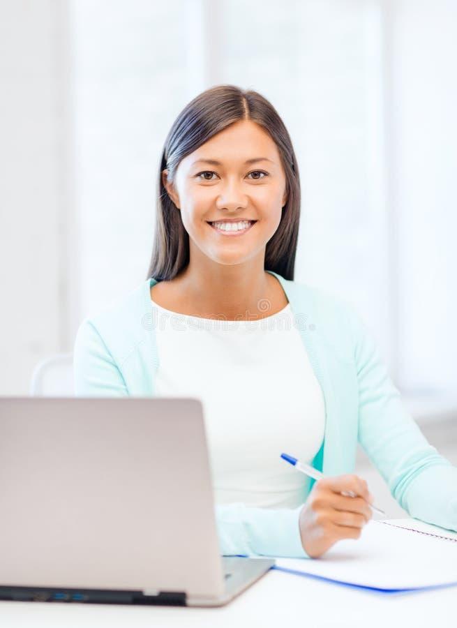 有膝上型计算机和文件的亚裔女实业家 库存照片
